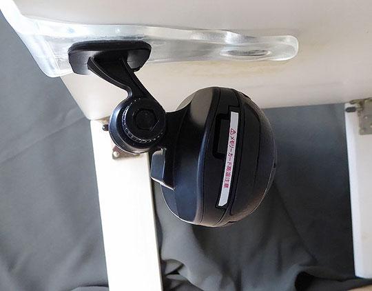 机の下にカメラを取り付ける